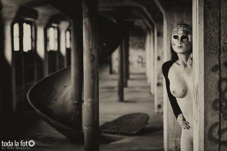 anonymer Akt, Aktshooting, Rutsche, Indurtrieruine, Maske