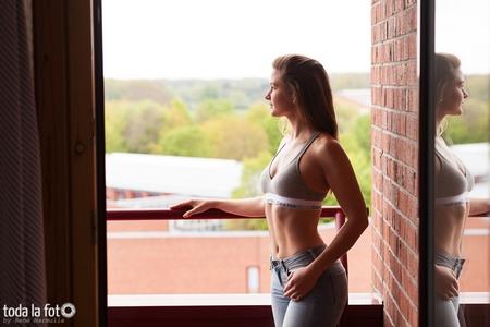 Andrea, sportlich, Fenster, Balkon, Spiegelung