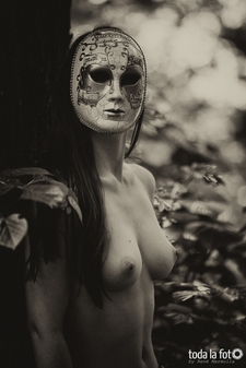 Fotoshooting, Aktshooting, Akt, Teilakt, outdoor, Wald, Maske